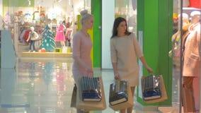 Amigos de la belleza que hacen compras en el centro comercial