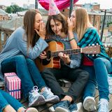 Amigos de la comunicación de la confianza del adolescente de los secretos de la parte Imágenes de archivo libres de regalías