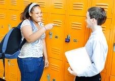 Amigos de la escuela que ríen por Lockers Fotos de archivo libres de regalías