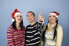 Amigos de la feliz Navidad que miran para arriba Fotografía de archivo libre de regalías