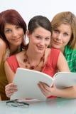 Amigos de la lectura Imagen de archivo libre de regalías