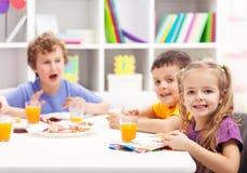 Amigos de la niñez que comen junto Imágenes de archivo libres de regalías