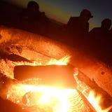 Amigos de la playa del hoyo del fuego Fotografía de archivo libre de regalías