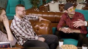 Amigos de la reuni?n Gente joven que habla y que come la pizza en un caf? almacen de metraje de vídeo