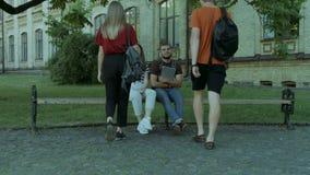 Amigos de la universidad que se encuentran en campus universitario almacen de video