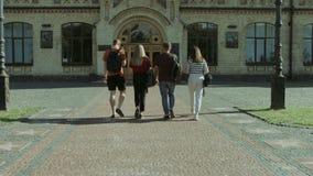 Amigos de la universidad que van a dar una conferencia en universidad almacen de metraje de vídeo