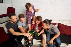 Amigos de la visión superior con una botella de cerveza en su mano, bott tintineado fotografía de archivo libre de regalías