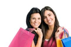 Amigos de las mujeres jovenes que hacen compras Foto de archivo libre de regalías