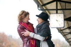 Amigos de las mujeres que dan la bienvenida a abrazo imagenes de archivo