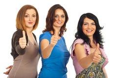 Amigos de las mujeres que dan los pulgares para arriba Foto de archivo libre de regalías