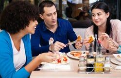 Amigos de los adolescentes en el desayuno Fotografía de archivo