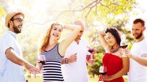 Amigos de los adolescentes que bailan concepto de la felicidad de la lugar frecuentada fotografía de archivo