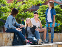 Amigos de los adolescentes que hablan al aire libre Fotos de archivo libres de regalías