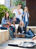 Amigos de los adolescentes que tocan los instrumentos musicales Foto de archivo libre de regalías