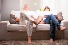 Amigos de los hombres que se divierten en casa Imagen de archivo libre de regalías
