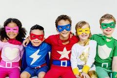 Amigos de los niños de los super héroes que juegan concepto de la unidad Imagen de archivo libre de regalías