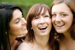 Amigos de menina felizes ao ar livre Foto de Stock