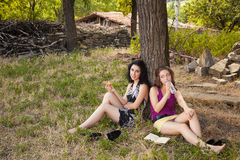 Amigos de menina nas madeiras Fotografia de Stock Royalty Free