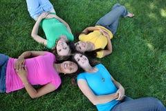 Amigos de menina no parque fotografia de stock royalty free