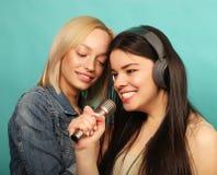 Amigos de moças com microfone Imagem de Stock Royalty Free