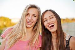 Amigos de muchacha adolescentes felices Fotos de archivo libres de regalías