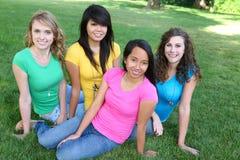 Amigos de muchacha bonitos en el parque Fotos de archivo libres de regalías