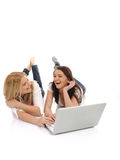 Amigos de muchacha bonitos que practican surf en Internet Fotos de archivo