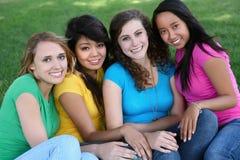 Amigos de muchacha en el parque Imagenes de archivo