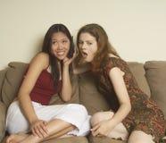 Amigos de muchacha en el teléfono Foto de archivo libre de regalías