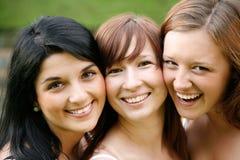 Amigos de muchacha sonrientes felices al aire libre Fotografía de archivo libre de regalías