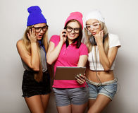 Amigos de muchachas del inconformista con la tableta digital Imagenes de archivo