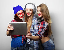 Amigos de muchachas del inconformista que toman el selfie con la tableta digital Fotos de archivo