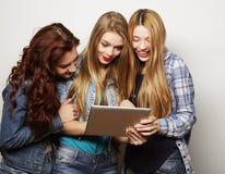 Amigos de muchachas del inconformista que toman el selfie con la tableta digital Fotos de archivo libres de regalías