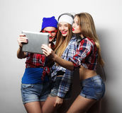 Amigos de muchachas del inconformista que toman el selfie con la tableta digital Fotografía de archivo