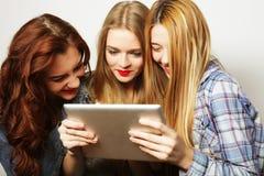 Amigos de muchachas del inconformista que toman el selfie con la tableta digital Foto de archivo