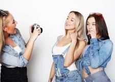 Amigos de muchachas felices que toman algunas imágenes con la cámara fotos de archivo