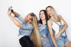 Amigos de muchachas felices que toman algunas imágenes con la cámara foto de archivo libre de regalías