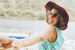 Amigos de muchachas a gozar el verano Fotos de archivo libres de regalías