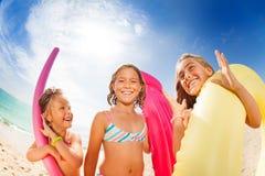 Amigos de muchachas que se divierten en la playa en verano Imagen de archivo libre de regalías
