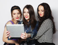 Amigos de muchachas que toman el selfie con la tableta digital Fotografía de archivo