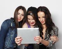 Amigos de muchachas que toman el selfie con la tableta digital Foto de archivo libre de regalías