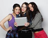 Amigos de muchachas que toman el selfie con la tableta digital Imágenes de archivo libres de regalías