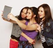 Amigos de muchachas que toman el selfie con la tableta digital Imagen de archivo