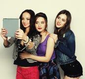Amigos de muchachas que toman el selfie con la tableta digital Foto de archivo