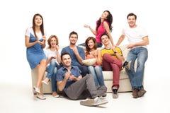 Amigos de riso do sofá foto de stock royalty free