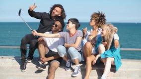 Amigos de riso que tomam o selfie na frente mar?tima vídeos de arquivo