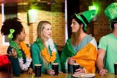 Amigos de sorriso com acessório irlandês foto de stock royalty free