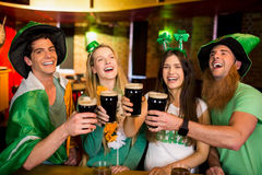 Amigos de sorriso com acessório irlandês Imagens de Stock Royalty Free