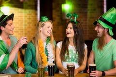 Amigos de sorriso com acessório irlandês Imagem de Stock