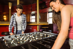 Amigos de sorriso que jogam o futebol da tabela Imagem de Stock